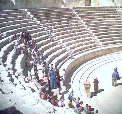 町中にあるローマ劇場