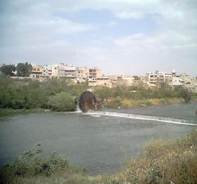 水車のある川