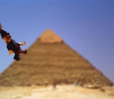 ピラミッドを登るキャプテン