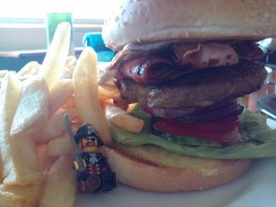 ハンバーガーのデカさにひっくりかえったキャプテン