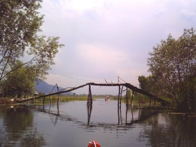湖にかかる村の橋