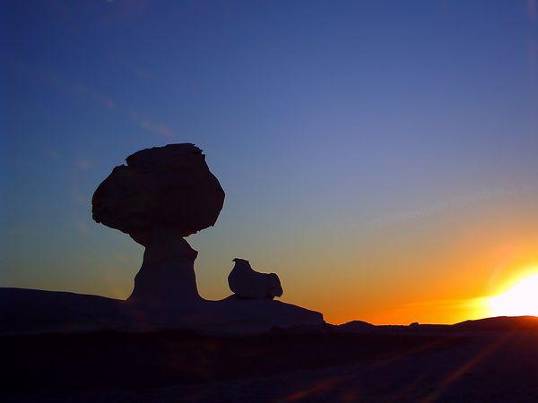 白砂漠の夕焼け シルエット
