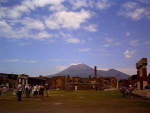ポンペイからベスビオス火山を見る