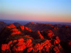 朝焼けに染まるシナイ山