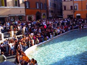トレヴィの泉に集まる人々