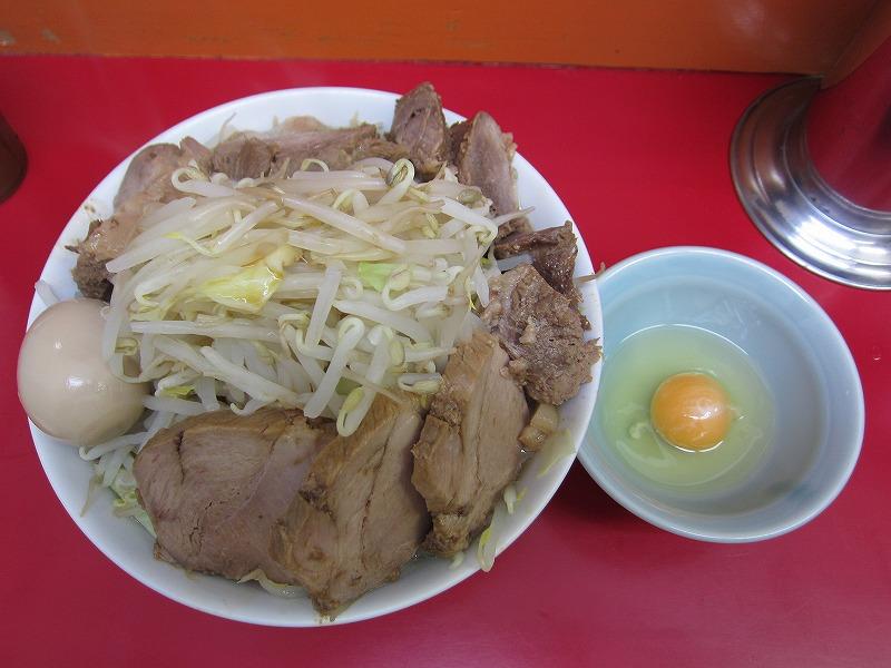 ラーメン中 麺カタメ なま玉子 豚W ヤサイマシ