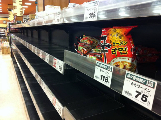 東日本大震災で売れ残る辛ラーメン