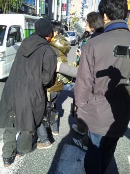 新橋駅前の広場には幾つかテレビの取材班が残っていたが、愛国者たちから偏向報道について非難轟々、広場から次々と追放されていた。