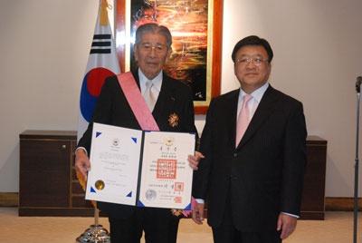 電通の成田豊は、韓国が遅れて招致に乗り出した2002年のサッカー・ワールドカップで日本の単独開催を妨害して日韓共同開催を主導した韓国の功労者として韓国から外国人に与えられる勲章としては最高位の勲章(修交勲