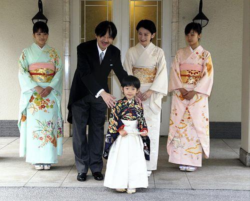 着袴の儀と深曾木の儀を終えた悠仁さまと秋篠宮ご一家 (3日、東京・赤坂東邸で)=代表撮影