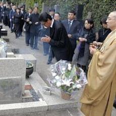 坂本堤弁護士一家の23回忌でお墓に手を合わせる家族や同級生、同僚ら=林陽一撮影