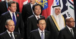 G20首脳会合の記念撮影に臨む野田首相(2列目中央)ら各国の首脳たち=3日、フランス・カンヌ(ロイター)