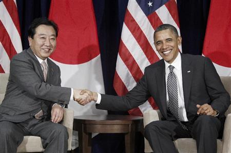 日米首脳会談でオバマ米大統領と握手をする野田佳彦首相(左)=12日、ホノルル