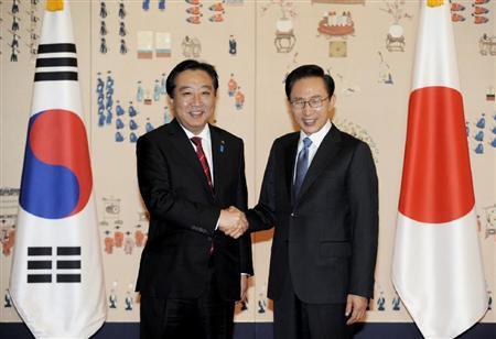 日韓首脳会談を前に握手する、韓国の李明博大統領(右)と野田首相=19日午前、ソウルの青瓦台(共同)