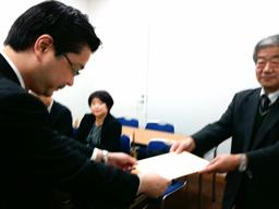 要望書を手渡す全国朝鮮学園理事長連絡会の金順彦会長(11日)