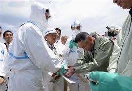 福島の被災者と握手をする、岡田克也