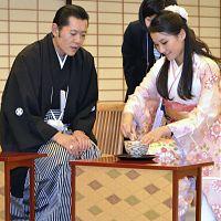 歓迎夕食会に和服姿で出席したブータン国王夫妻(19日、京都迎賓館で)