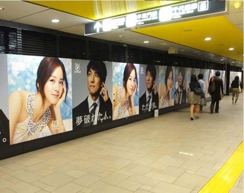 キム・テヒ主演のドラマ「僕とスターの99日」のポスターが、地下鉄の駅に貼られていますが、キム・テヒは「大女優」、西島秀俊は「夢破れた人」と書かれている