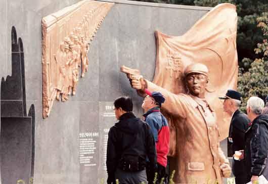 2011年10月26日安重根が伊藤博文を暗殺した日、安重根が拳銃で伊藤博文を暗殺するモニュメントを「反日の英雄」(義士)の記念造形物とした