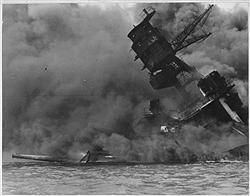 日本軍による米ハワイ・真珠湾攻撃で、黒煙を上げる米海軍の戦艦アリゾナ(ロイター)