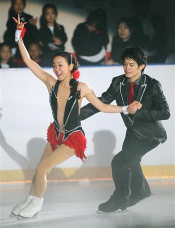 慈善アイスショーで共演する浅田真央(左)、小塚崇彦の両選手=2011年7月27日、青森県八戸市