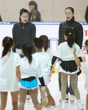 慈善アイスショーで子どもたちを指導する浅田真央、村上佳菜子(左)の両選手=27日、青森県八戸市