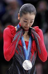 2010バンクーバー五輪 フィギュアスケート女子 表彰台 懸命に涙をこらえる浅田真央 =2月25日、バンクーバー・パシフィックコロシアム(ロイター)