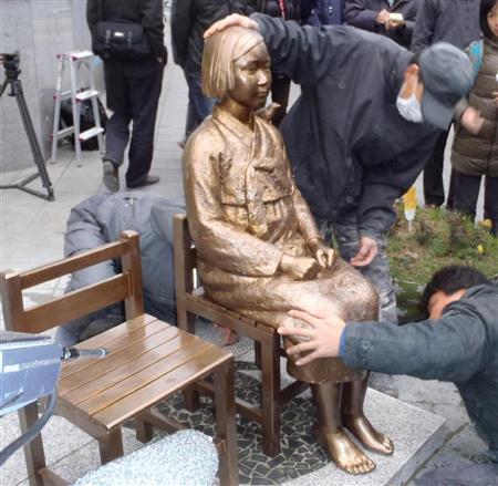 ソウルの在韓日本大使館前に設置された慰安婦の像 =14日午前
