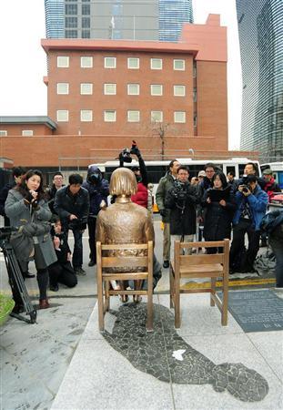 在韓日本大使館(奥)前に設置された、旧日本軍の従軍慰安婦にされた被害女性を象徴する少女のブロンズ像「平和碑」=14日、ソウル(共同)