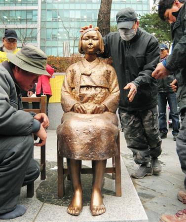 除幕式を前に設置された、旧日本軍の従軍慰安婦の被害女性を象徴する少女のブロンズ像「平和碑」=14日、ソウルの日本大使館前(共同)