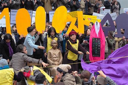 日本大使館前に設置され除幕された、旧日本軍の従軍慰安婦にされた被害女性を象徴する少女のブロンズ像「平和碑」=14日、ソウル(共同)