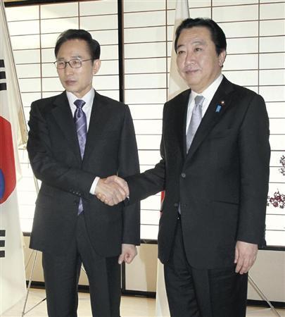 会談前に握手を交わす野田首相(右)と韓国の李明博大統領=12月18日午前、京都市上京区の京都迎賓館(代表撮影)