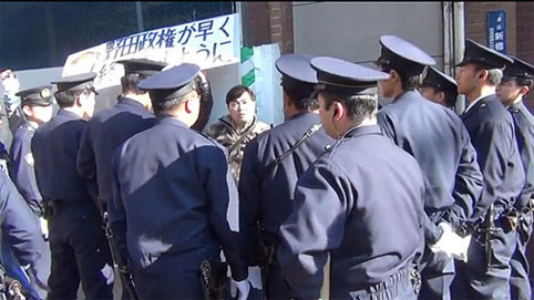 1657718TAMAGAWABOAT氏を取り囲む10数人の警察官