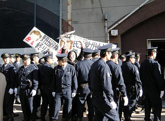 野田首相は、同日正午に北朝鮮の金正日総書記が死亡したとの一報を受け、演説予定を中止し、会場には訪れなかった