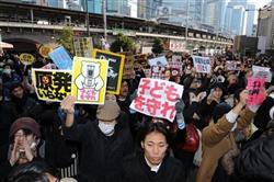 遽街頭演説が中止となり、原発反対とシュプレヒコールをあげる聴衆=19日午後、JR新橋駅前(宮川浩和撮影)