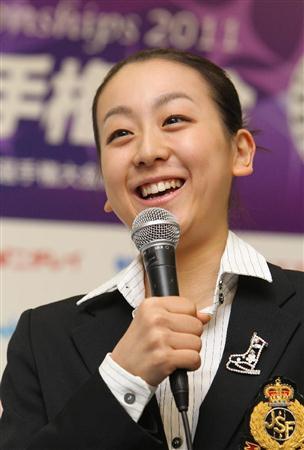全日本選手権を前に「欠場は考えていなかった」とお母さんの死後、初めて公の場に姿を見せ、笑顔で記者会見する浅田真央選手(12月22日なみはやドーム