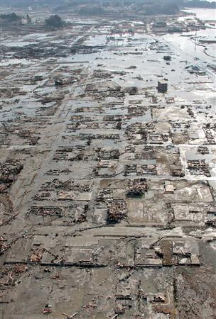 津波で家屋が流され、基礎部分だけが残る岩手県陸前高田市の住宅地=12日午前8時1分