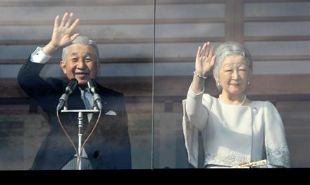 新年一般参賀で手を振られる天皇皇后両陛下=2日午前、皇居(桐原正道撮影)