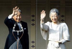 新年一般参賀で、集まった人たちに手を振る天皇、皇后両陛下=2日午後、皇居・宮殿、金川雄策撮影