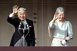 新年の一般参賀に訪れた人たちに手を振る天皇、皇后両陛下=皇居で2012年1月2日午前10時15分、武市公孝撮影