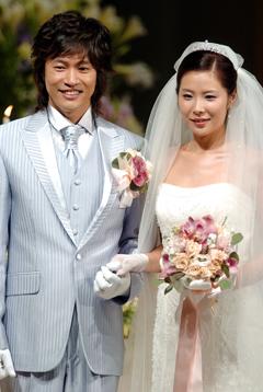 2006年10月22日、中央日報日本語版 歌手キム・ジョンミン(38)が在日韓国人3世の歌手、谷ルミコ(27)と結婚した