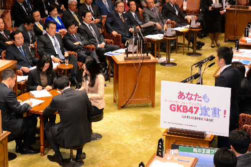 参院予算委で質問する民主党の松浦大悟氏(右)。同氏は内閣府自殺対策推進室のキャッチフレーズ「GKB47」に対する不快感を示し、変更を求めた=6日午後、仙波理撮影