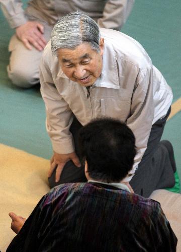 避難所を訪れ、被災した人たちに話しかける天皇陛下=2011年4月27日午後、宮城県南三陸町の歌津中学校