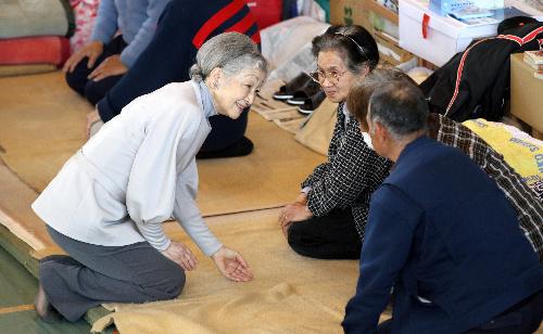 避難所を訪れ、被災した人たちと話す皇后さま=2011年4月27日、宮城県南三陸町の歌津中学校