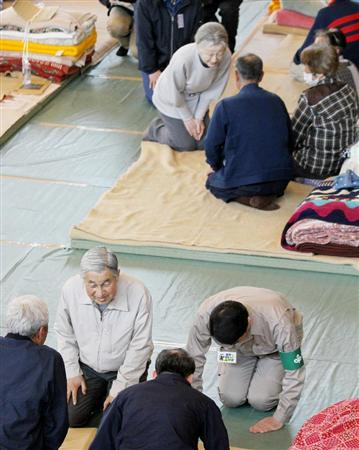 宮城県南三陸町の避難所で、被災者に声をお掛けあそばされる天皇陛下、皇后陛下 御尊影=2011年4月27日午後、同町の歌津中学校(スリッパなし)