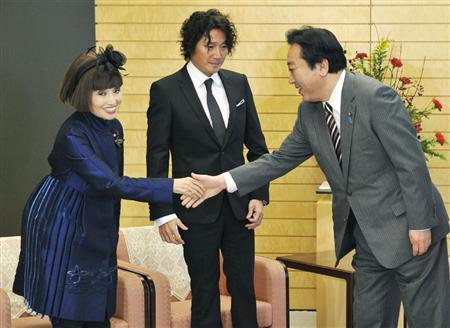 首相官邸を訪れ、野田首相と握手する詐欺師黒柳徹子(左)と近藤真彦=2011年12月22日