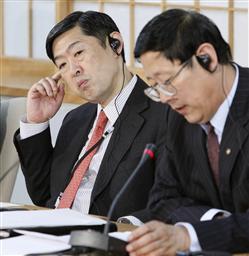 日支歴史共同研究委員会の会合後、記者会見する日本側の北岡伸一座長(左)と支那側の歩平座長=09年12月、外務省