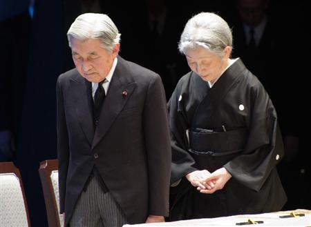 東日本大震災1周年追悼式で、祭壇に向かって黙とうされる天皇、皇后両陛下=11日午後2時46分、東京・千代田区の国立劇場