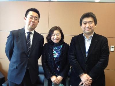 (左から民主党本部の中山伊知郎さん、井戸まさえ議員、能島)