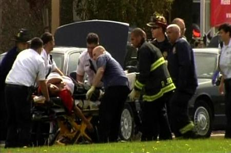 2012年4月2日、米カリフォルニア州オークランドのオイコス大学で、被害者を搬送する当局者ら(ロイター)